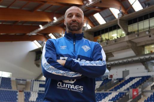 El técnico del Palma Futsal, Antonio Vadillo, posa en el Palau d'Esports de Son Moix.