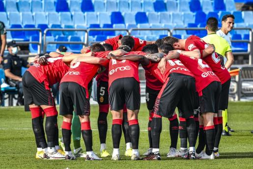 Los jugadores del Real Mallorca se conjuran antes de jugar su partido ante el Zaragoza, disputado en el estadio de La Romareda.