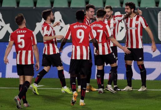 Los jugadores del Athletic felicita a Raúl García tras marcar ante el Betis.