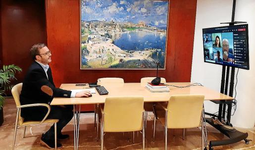 El alcalde HIla presidió la reunión celebrada de forma telemática con patronales y sindicatos.