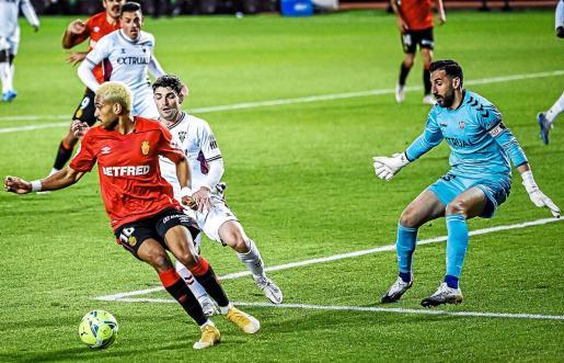 Jordi Mboula contra un balón dentro del área del Albacete ante la presión de un defensa y de Tomeu Nadal.