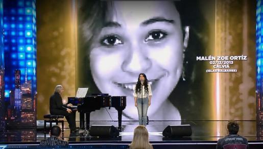 Momento de la actuación en el cual se mostró una imagen de Malén Ortiz en la pantalla.