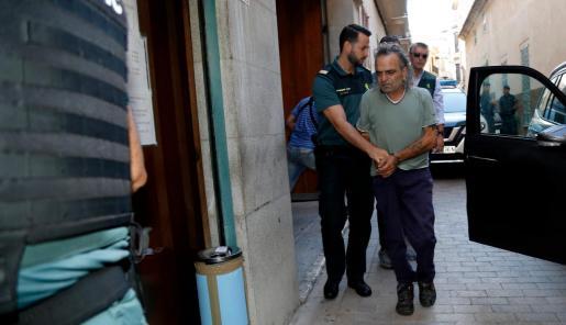 Celestino Rodríguez, custodiado por agentes de la Guardia Civil, en los juzgados de Manacor.