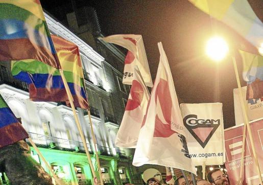 Colectivos de gais y lesbianas se concentraron en la Puerta del Sol de Madrid para celebrar la sentencia del Constitucional.