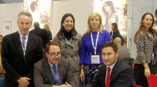 Los hoteleros Miguel Amengual, Inmaculada de Benito, Margarita Socías (de pie), Antoni Coll y Francisco Sánchez.