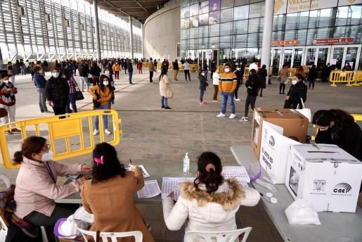Miles de ecuatorianos han acudido a votar al Velòdrom Illes Balears.