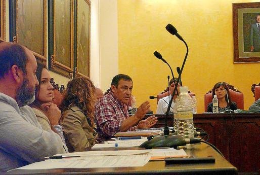 El delegado Bernat Amer, en el fondo, defendiendo la moción en el pleno.
