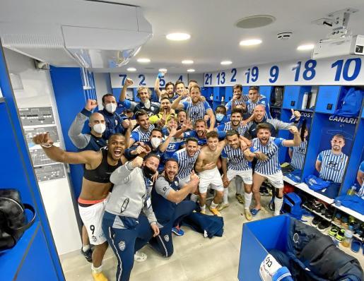La plantilla del Atlético Baleares posa en el vestuario al término  del encuentro.