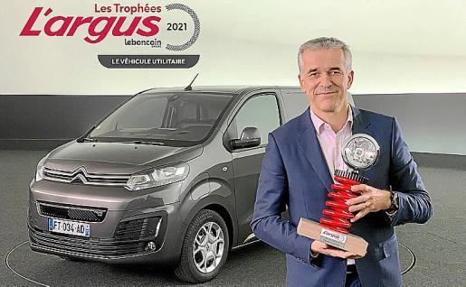 Vicent Cobée, director general de Citroën, con el premio.