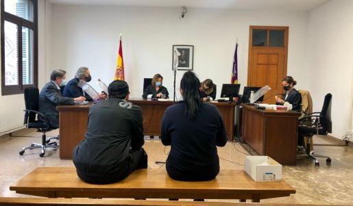 Los dos acusados, españoles de 33 años, en el juicio celebrado esta mañana en Palma.