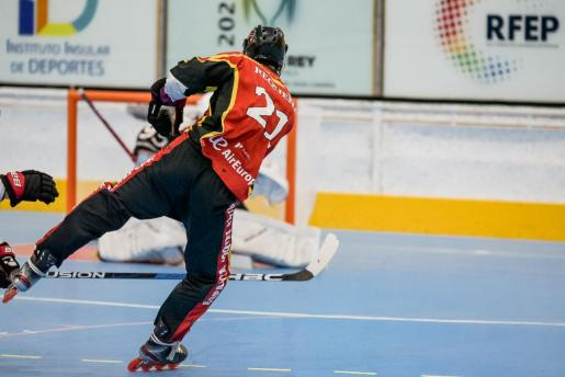 Un jugador del Espanya Hoquei dispara a puerta durante la final de la Copa del Rey.