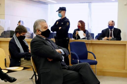 El extesorero del PP Luis Bárcenas (C) sentado en el banquillo de los acusados durante la primera sesión del juicio de los 'papeles de Bárcenas' este lunes en la Audiencia Nacional en San Fernando de Henares.