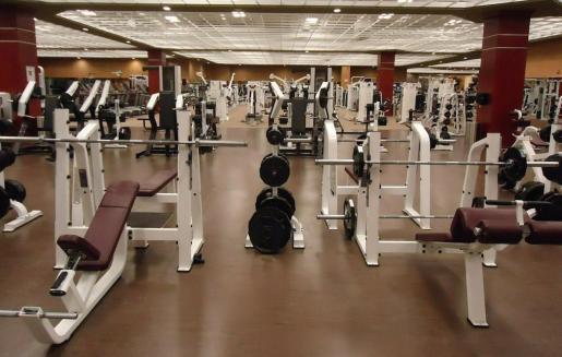 Vista de un gimnasio vacío.