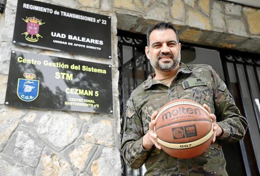 Álex Pérez Herrera posa con un balón ante la sede del Regimiento de Transmisiones número 22, en el Acuartelamiento Jaime II de Palma.