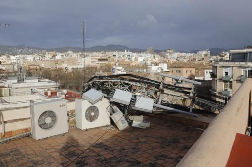 Imagen de la torre de telefonía precipitada sobre el tejado debido a la fuerza del viento.