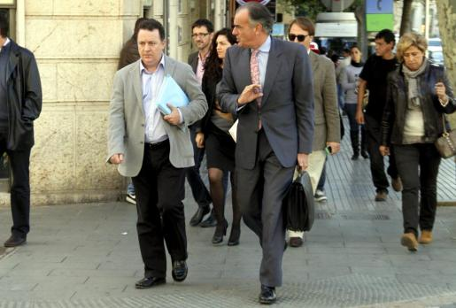 El alcalde de Inca, Rafel Torres, a la izquierda de la imagen, llegando a los juzgados junto a su abogado, Fernando Mateas.