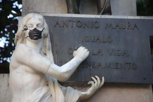 Pintan 'La Verdad' del monumento a Antonio Maura.