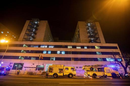 Los bomberos a las puertas del Hospital Puerta del Mar, en Cádiz.