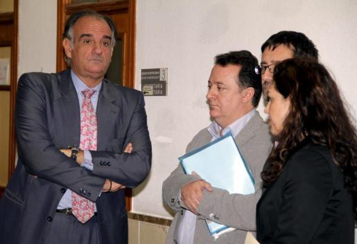 El alcalde de Inca, Rafel Torres, en el centro, entre su abogado, Fernando Mateas, y el jefe de prensa del Ajuntament de Inca, Bartomeu Garcies.