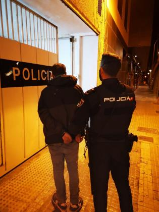 El detenido, en las dependencias policiales.