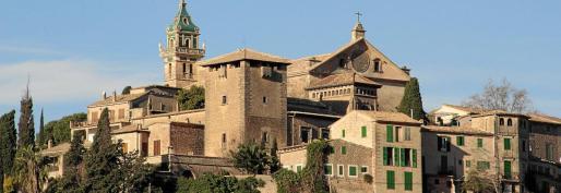 Vista panorámica del pueblo de Valldemossa, presidida por la Cartoixa.