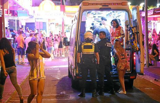 Imagen de archivo de una ambulancia atendiendo a turistas en Magaluf.