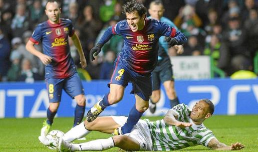 Celtic's Kelvin Wilson (R) challenges Barcelona's Cesc Fabregas during their Champions League Group G soccer match at Celtic Park, Glasgow in Scotland, November 7, 2012. REUTERS/Russell Cheyne (BRITAIN - Tags: SPORT SOCCER)