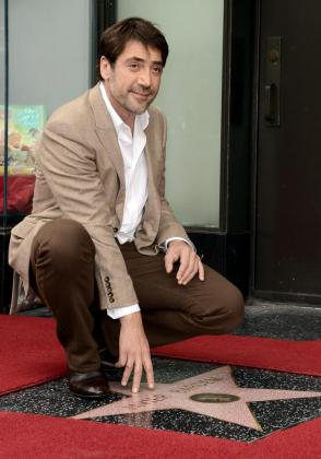 El actor español Javier Bardem posa con su estrella en el paseo de la fama en Hollywood.