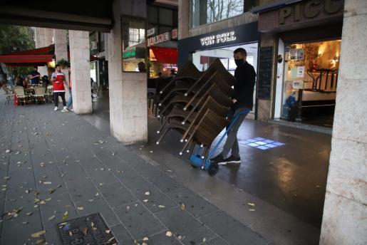 Un bar retira las sillas de su terraza en Palma.