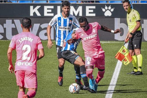 Los espanyolistas Dídac Vila y Fran Mérida presionan a Lago Junior, jugador del Mallorca, en el partido de la primera vuelta, disputado en Cornellà.