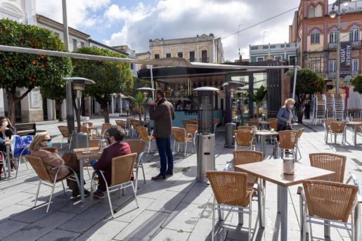 Clientes en la terraza de un bar en Mérida, este viernes, día en que los bares y restaurantes abren en Extremadura, en horario continuado de 7 a 18 horas, aunque con condiciones para que este regreso a la actividad sea «seguro».