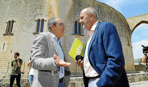 Juan Pedro Yllanes (Podemos), con el portavoz de Més, Miquel Ensenyat.