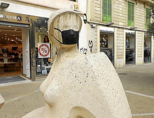 Imagen de la escultura que este viernes apareció con una mascarilla negra en el rostro.