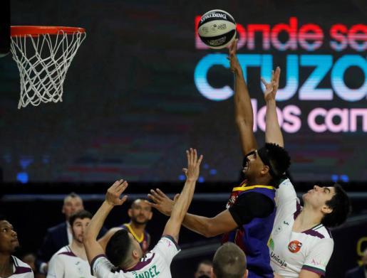 El jugador estadounidense del Barça, Brandon Davies, lanza a canasta ante los defensores de Unicaja durante el encuentro de cuartos de final de la Copa del Rey de Baloncesto.