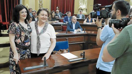 Isabel Castro (izquierda), junto a Mae de la Concha, en el Parlament. La exconsellera d'Administracions Públiques será la encargada de negociar con los partidos que componen el Ejecutivo para tratar de coordinar su actuación y limar asperezas.