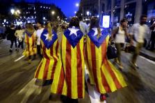 Imagen de archivo de varias jóvenes con banderas esteladas tras la manifestación en protesta por las cargas policiales del 1-O.