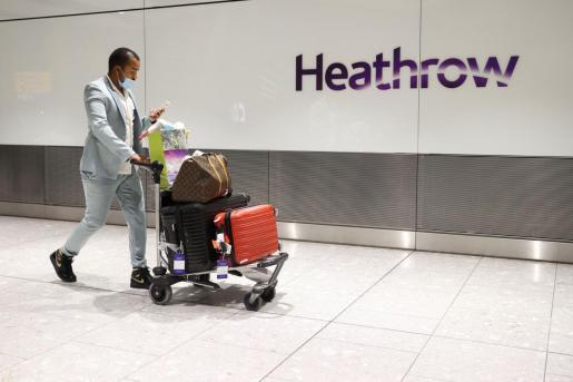 Los viajeros de países en riesgo que llegaron este lunes a los principales aeropuertos de Inglaterra, entre ellos Heathrow y Gatwick, fueron conducidos en autobuses a los hoteles designados por el Gobierno para hacer la cuarentena obligatoria de 10 días,