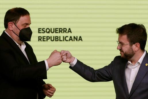 El candidato de ERC a la presidencia de la Generalitat, Pere Aragonès (d), y el presidente del partido, Oriol Junqueras, celebran los resultados de las elecciones catalanas que se han celebrado este domingo.