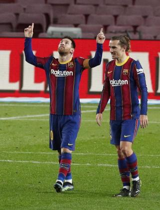 Leo Messi, en la imagen junto a Griezmann, celebra un gol.
