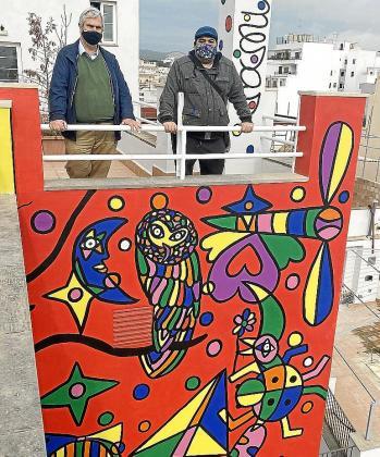 José Luis Mesas y Jaime España, autor del mural y dueño del hotel, respectivamente, nos dan su opinión referente a la decisión tomada por el Ajuntament.