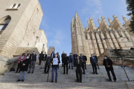 Miquel Munar, impulsor de la plataforma, acompañado de representantes de la sociedad civil y los agentes sociales y económico en las escalinatas de la Catedral de Mallorca.