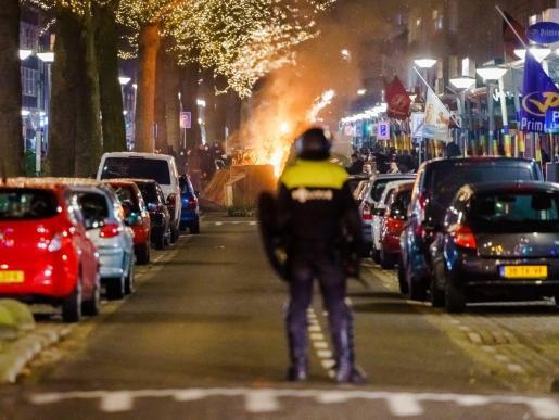 La imposición del toque de queda desató varias noches de disturbios en Países Bajos.