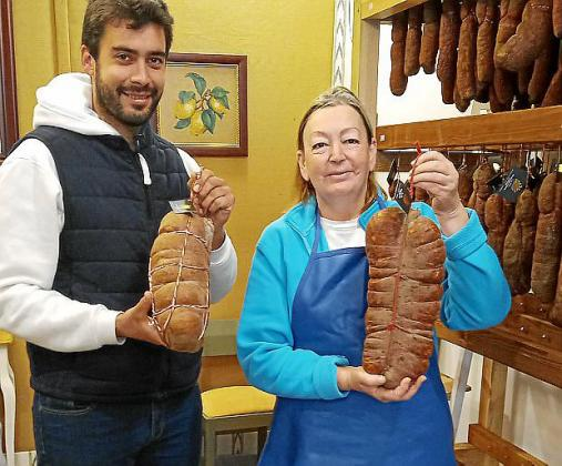 Antoni Carbonell y su madre con las sobrasadas.