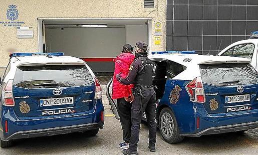 Uno de los arrestados, entrando en la Jefatura policial.