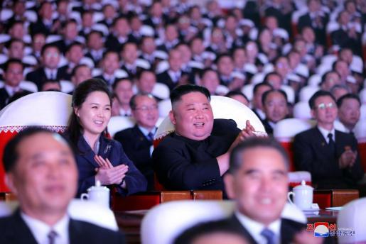 El líder de Corea del Norte, junto a su esposa, que llevaba un año sin asistir a ningún acto público.