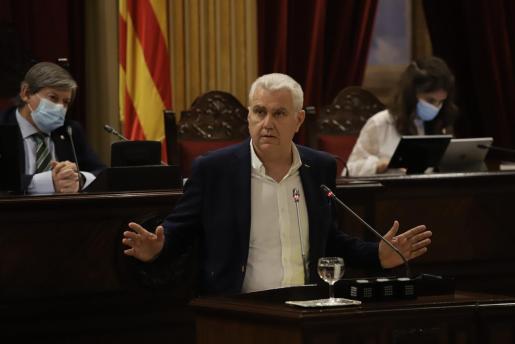 El diputado del PI, Josep Melià, en el pleno del Parlament.