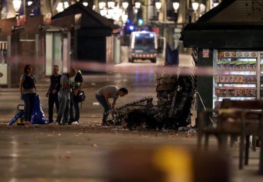 Policías forenses recogían pruebas tras el atentado en La Rambla de Barcelona.