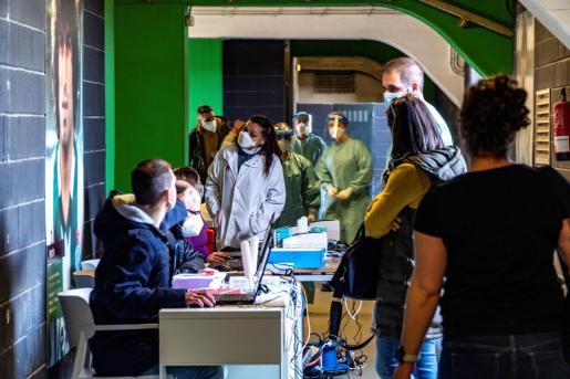 Varias personas esperan para hacerse una prueba PCR en los campos de sport de El Sardinero.