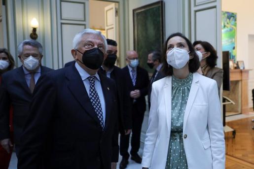 La ministra de Industria, Comercio y Turismo, Reyes Maroto, con el presidente de la Cámara de Comercio de Sevilla, Francisco Herrero.