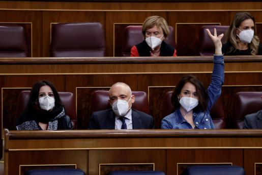 Los diputados socialistas, Adriana Lastra, Rafael Simancas y Ana Belén Fernández (d) durante el pleno del Congreso.